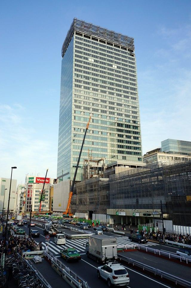 上から見た、168m級「新宿駅新南口開発ビル」と「交通結節点」の様子 2015年4月18日撮影