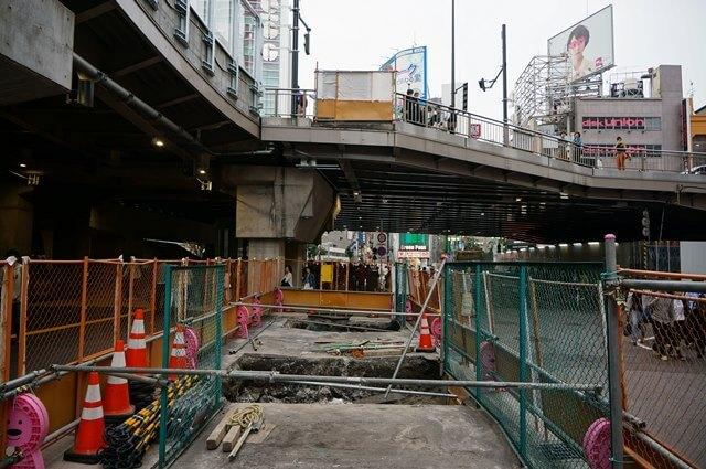 JR新宿ミライナタワー側の階段 2016.4.9